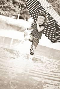 Unbrella black and white kick water